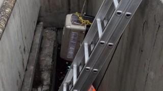 Trabajador del STC rescata a perrita atrapada en respiradero del Metro CDMX y decide adoptarla